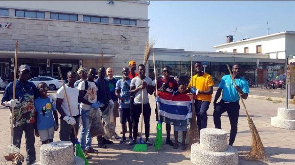 Migranti ripuliscono il centro di Asti