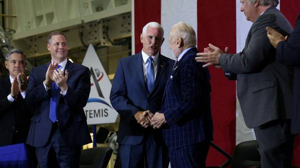 بنس يشارك في الاحتفال بمرور 50 عاما على أول مهمة مأهولة للقمر