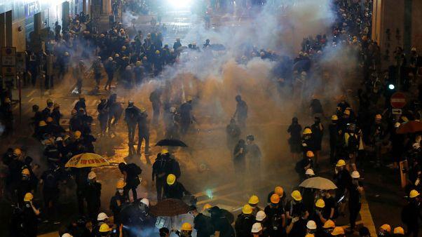 الشرطة في هونج كونج تستخدم الغاز المسيل للدموع لتفريق محتجين
