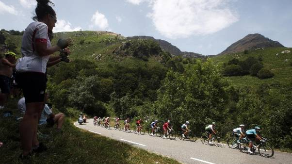 Tour: Simon Yates vince la 15/a tappa