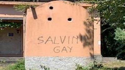 Lega, scritta Salvini gay deturpa parco
