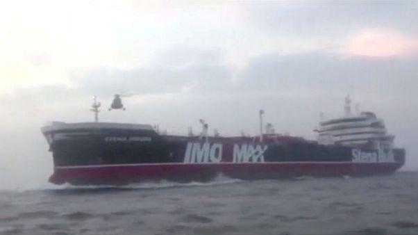 حث السفن على تحذير القوات البحرية قبل الإبحار عبر مضيق هرمز