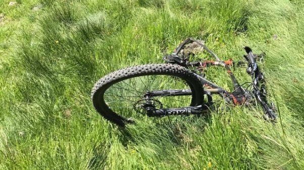 Muore precipitando con mountain bike