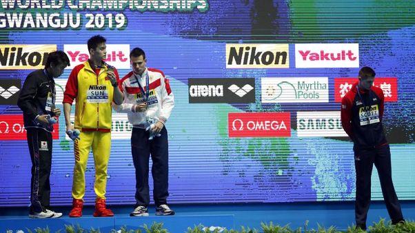 سكوت يتجاهل سون على منصة التتويج عقب فوز السباح الصيني بسباق 200 متر حرة