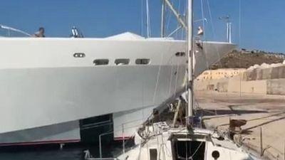 Maxi yacht distrugge barca alla banchina