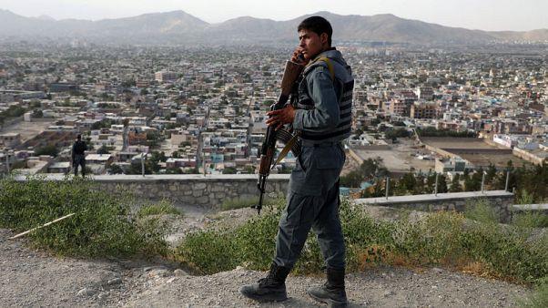 الشرطة الأفغانية تنسحب من مراكزها المهددة مع زيادة الخسائر
