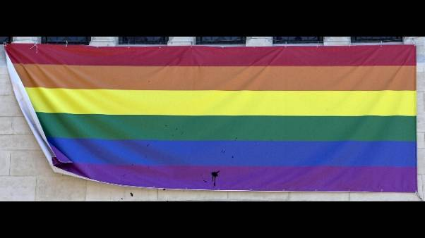 Scritte omofobe su vetro negozio Rimini