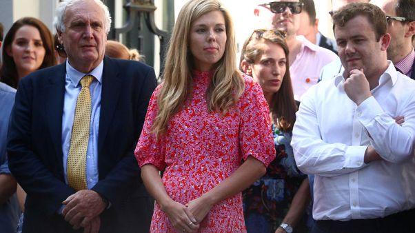 صديقة رئيس وزراء بريطانيا الجديد تقف بانتظاره ضمن حشد أمام مقره الرسمي