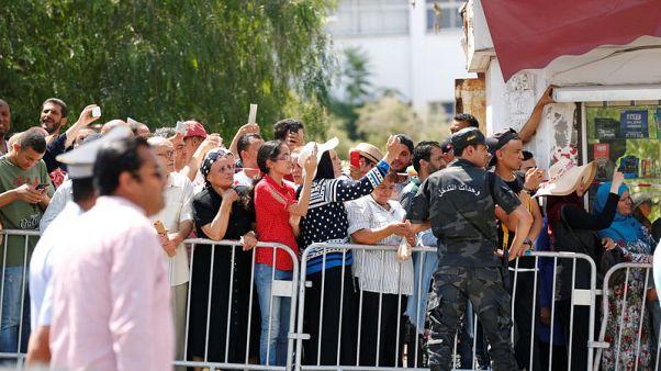 التونسيون يبكون رئيسهم السبسي ويفخرون بانتقال سلس للسلطة