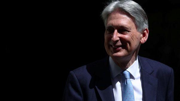 هاموند يسعى لمنع خروج بريطانيا دون اتفاق وغوف يستبعد توقيع اتفاق جديد
