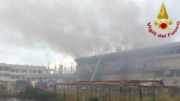 In fiamme una struttura commerciale