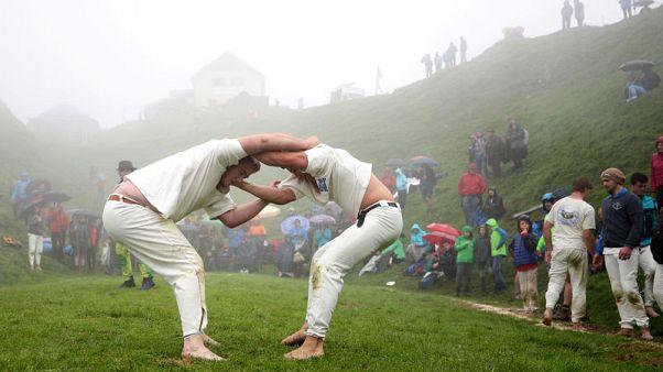 مصارعة فوق قمة جبل في النمسا إحياء لتقليد يعود لأكثر من 500 عام