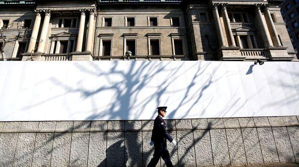 بنك اليابان المركزي يبقي على سياسته النقدية ويلوح بالتيسير