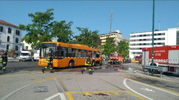Venezia, autobus passeggeri prende fuoco