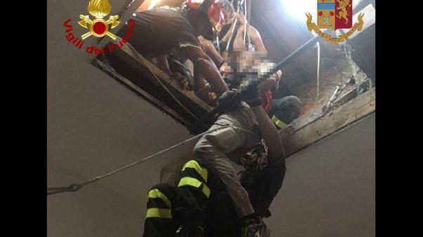Cade da tetto e resta appeso, salvato