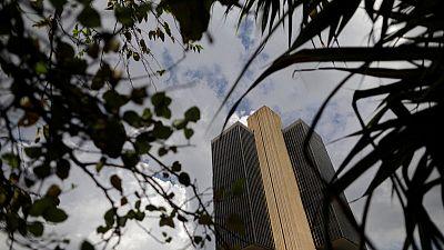 البنك المركزي في البرازيل يخفض سعر الفائدة الرئيسي إلى مستوى قياسي منخفض
