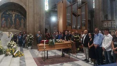 Folla a funerali vittima maltempo Arezzo