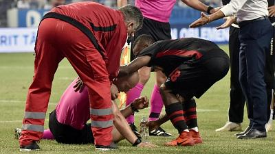 Craiova-Honved, petardo colpisce arbitro