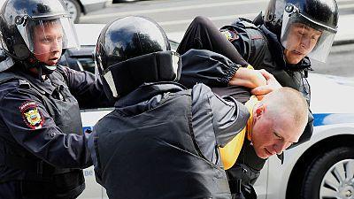 الشرطة الروسية تعتقل أكثر من 800 شخص في حملة على المعارضة بموسكو
