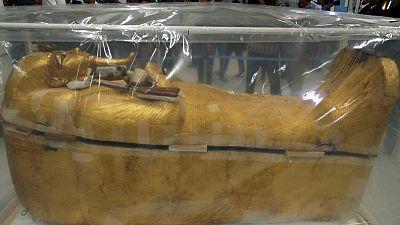 عملية ترميم تمتد 8 أشهر لإعادة البريق إلى تابوت توت عنخ آمون المذهب