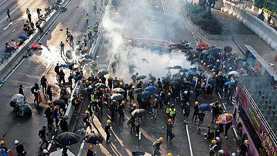 شرطة هونج كونج تطلق الغاز المسيل للدموع على محتجين والإضراب يشل المدينة