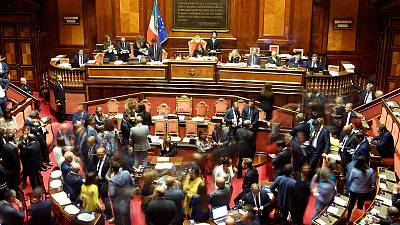 الحكومة الإيطالية تفوز باقتراع على الثقة بشأن مرسوم يستهدف سفن إنقاذ المهاجرين