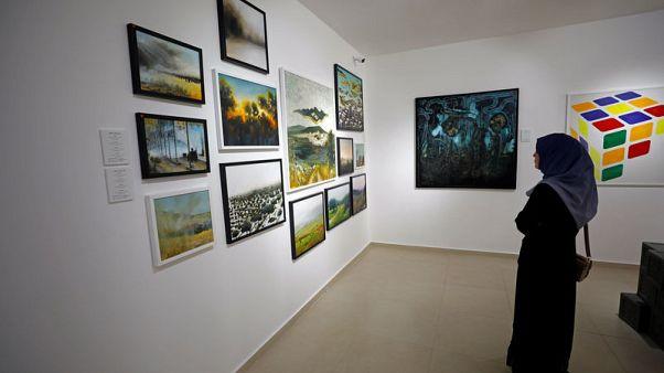 (خذ بيدي أيها المستحيل).. معرض جماعي للوحات شبان فلسطينيين