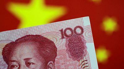 اليوان يرتفع عن أدنى مستوى على الإطلاق في التعاملات الخارجية بعد تحرك بكين لكبح انخفاضه