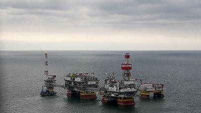 النفط يهوي لأدنى مستوى في 7 أشهر بفعل زيادة مفاجئة في المخزونات الأمريكية والحرب التجارية