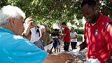 Giocatori Crotone portano caffè a tifosi