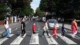 حشود تحيي الذكرى الخمسين لالتقاط صورة ألبوم (آبي رود) لفرقة البيتلز