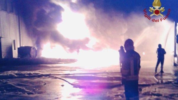 Faenza, maxi incendio in un magazzino