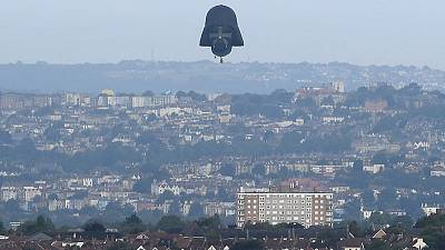 منطاد عملاق على شكل قناع دارث فيدر يحلق في سماء إنجلترا