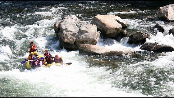 Fa rafting e finisce su rocce, soccorsa