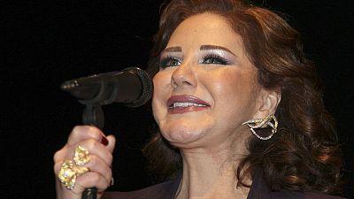 ميادة الحناوي تسقط على المسرح في تونس وتصر على استكمال حفلها جالسة