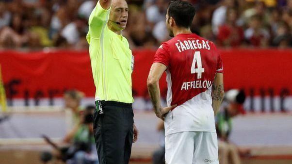 ليون يهزم موناكو 3-صفر وحالة طرد غريبة لفابريجاس