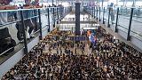شرطة هونج كونج تطلق الغاز المسيل للدموع لتفريق محتجين مع تجدد المظاهرات