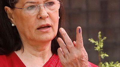 مصحح-سونيا غاندي تعود لقيادة حزب المؤتمر الهندي بعد استقالة ابنها راهول