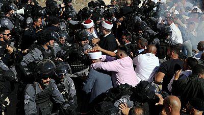 الشرطة الإسرائيلية تشتبك مع مصلين فلسطينيين في حرم المسجد الأقصى