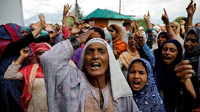 المئات يرددون هتافات مناهضة للهند في كشمير عشية العيد