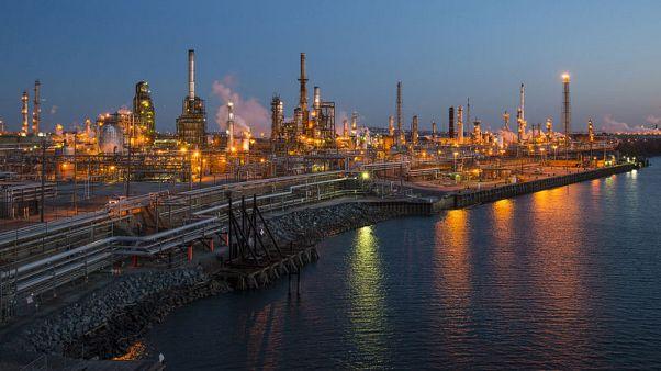 النفط يتراجع بسبب توقعات بانخفاض الطلب والنزاع التجاري الأمريكي الصيني