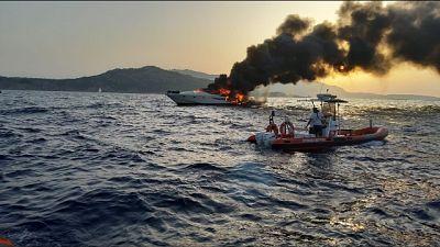Yacht a fuoco a P.Cervo, salvi in otto