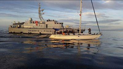 Migranti su veliero in porto Crotone
