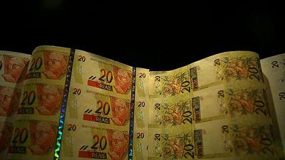 الريال البرازيلي يهبط لأدنى مستوى له مقابل الدولار منذ مايو