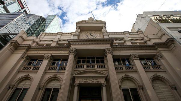 البنك المركزي في الأرجنتين يتدخل في سوق الصرف لأول مرة منذ سبتمبر لدعم البيزو