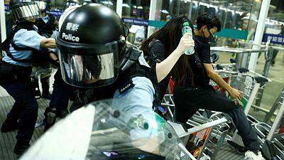 اشتباك بين المحتجين والشرطة في مطار هونج كونج