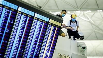 """مكتب شؤون هونج كونج في الصين يندد بالأعمال """"شبه الإرهابية"""" في مطار هونج كونج"""