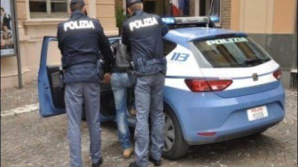 Abusi di gruppo per 10 anni, 5 arrestati