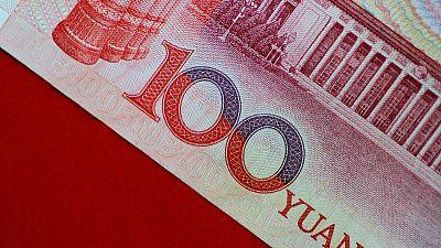 اليوان الصيني يتخلى عن بعض مكاسبه والين يرتفع مع عودة المخاوف بشأن النمو