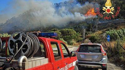 In fiamme collina, evacuato un residence